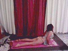 Tıraşlı sıcak yoga kızı Emlila kıç çatlağıyla çatırdıyor