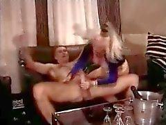 Jungficker voegelt geil mit reife vollbusigen Blondine