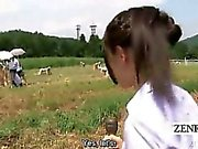 Ondertiteld CFNM outdoor Japanse sperma melken ranch