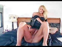 Красивая женщина-офицер во свою форму а латексных перчаток трахать с парнем