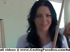 A Megan Foxx independiente de pollo Brunette imponente jugando pool