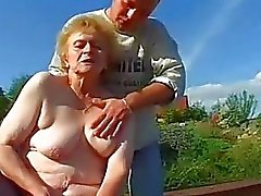 Mycket Old Lady i strumpor Gets Big Dick