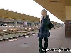 Peituda loira gata leva dinheiro e creampied em um banheiro de trem