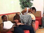 Sposa fa scopare da di due cazzoni neri mentre guarda