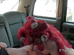 Britannian redhead syvä kurkkunsa että väärennettyjen taxi