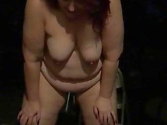 Fat Fuck Pig Pissing Outside Naked come una scrofa dovrebbe
