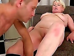 A avó e os homem jovem e bonito a desfrutar do sexo quente