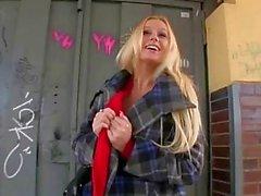 Großen Titten Blondine in der Toilette schlugen