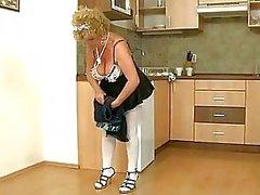 Unartig alte Dienstmädchen bekommt von boy gefickt