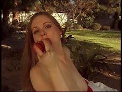 Jeune fille brune pâle avec de bons nibards masturbates dans un parc