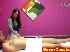 Perky сиськастый азиатская массажистка буксировщики клиента