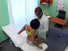 Arztes fucks reizvoll Patienten an gefälschte Klinik