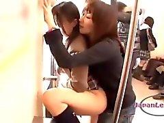 L'écolière asiatiques Obtenir la bouche et Pussy baisé avec Strapon En de 2 de filles âgés dans le train