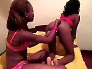 Sorprendente a caldo africani Lesbo giocare a letto con i loro giochi !