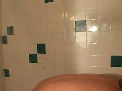 Erstaunlich Küken entspannt in der Dusche