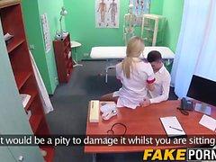 Sexy del bionda infermiera diffonde il suo le lunghe gambe e si fa scopare