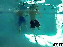 Gerade Amateur Brocken Das Saugen am unter Wasser Schwanz