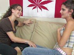 Lustige Babes bohren sich gegenseitig mit einem Dildo
