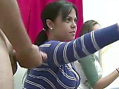 Di classe appassionati CFNM danno una ragazzo nudo un handjob