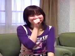 Japanische asiatische Mädchen Blowjob für Kerl auf dem Bett zu geben