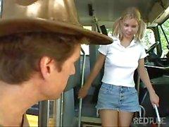 Kadonnut teini etsiiratsastaa saa kyytiin ja nai bussissa