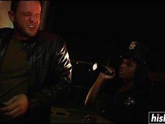 Siyah subay sert becerdin almaktan hoşlanır