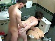 Moeder en jongen in douche