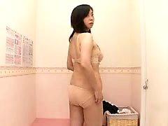 senhora sedutora muda de roupa e expõe seu maravilhoso boo