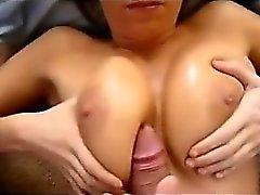 Seksi MILF büyük göğüslerinde cumshot alır