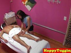 Piccola masseuse asiatica jerking suo cliente