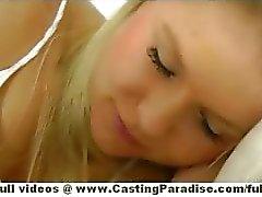 Natalia Rogue en Aiden Ashley blond en brunette lesbische kuikens slapen en kussen