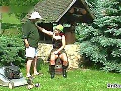 Schmutziges reifer Rotschopf Schlampe saugt Schwanz part1