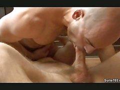 Tête blanche gros morceau gay du souffle de énorme queue en position de 69