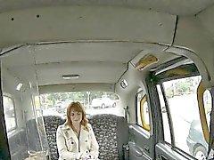 Studenti Blacks perforati con il driver falsa nel sedile posteriore