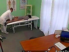 Bébé de joue avec des outil de un massage dans le 0hospital