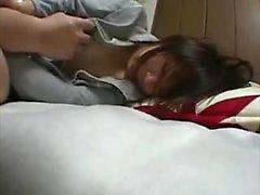 Волосатый азиатский подросток трахается с большим фаллоимитатором