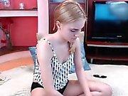 Crespi Giovane ragazza cade tutti i suoi vestiti e delle dita suo achí