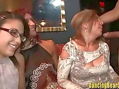 Kızlar Stripper Cocks onların göğüsleri dışarı Kamçı ve Suck