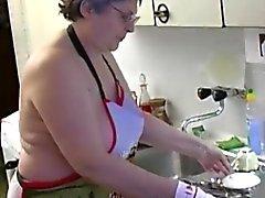 OmaPass Nonnina masturbano peloso utilizzare la figa vibratore e cetrioli