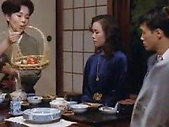 mulher asiática encantadora goza de cada impulso profundo de pau na h