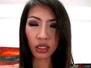 Thailändsk transpersoner i latex för damunderkläder smeker Rafes cock och henne hand