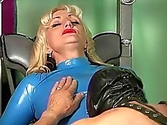 Madame de Kelly du latex domination féminine face sitting