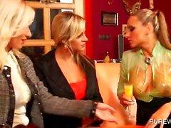 Trio WAM com lesbos desagradáveis lambendo bunda