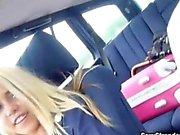 Блондинка стюардесса Крестят Кортни толкут в незнакомцев автомобиль