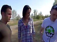 Lucia geneukt in een trio op een militair gebied
