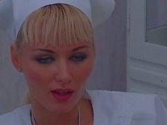 Two infermiere che si trovano conoscere la loro del lavoro anche di Bibi Blu