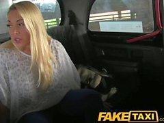 FakeTaxi Красный горячая блондинка при крекинга органу по такси капота