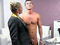 Amateur muskulösen Kumpel fickt weiblichen Agentin die in ihrem Büro