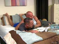 Bear Daddy baise le trou humide de son petit ami