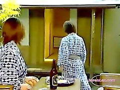 2 asiatiska kvinnor slickar och FINGRANDE mesar 69 jävla med Strapon på filten In The Roo